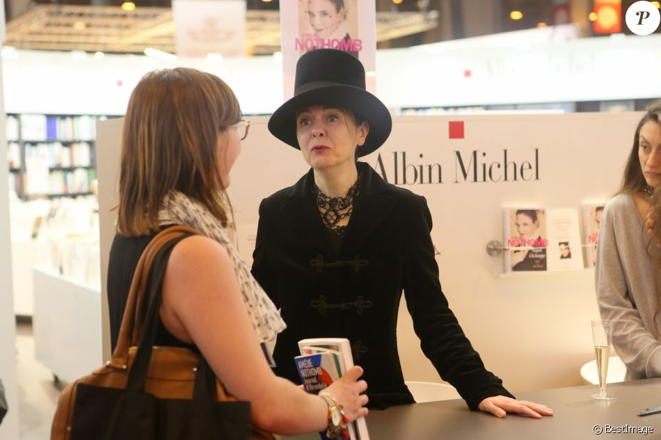 Am lie nothomb menac e chez elle la fan avait un couteau for Porte de versailles salon du running