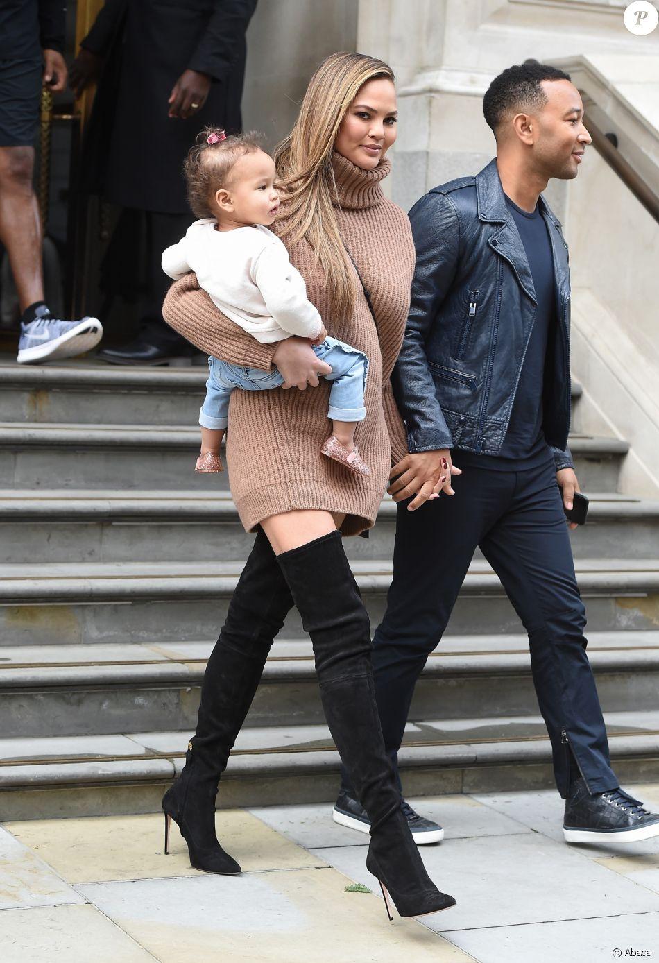 John Legend, son épouse Chrissy Teigen et leur fille Luna sortent de leur hôtel de Londres, le 13 septembre 2017.