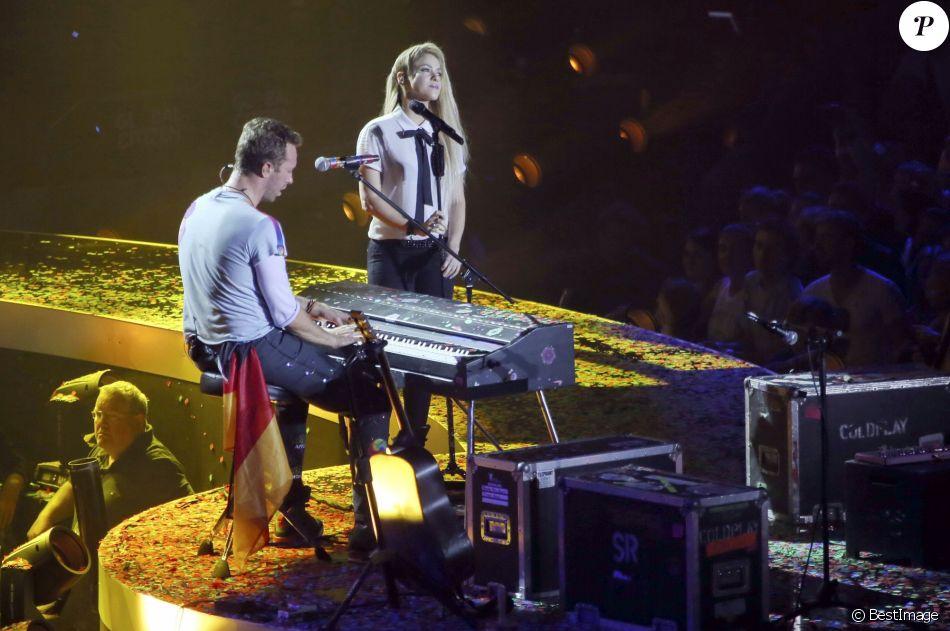 Chris Martin du groupe Coldplay et Shakira sur la scène de la Barclaycard Arena lors du Global Citizen Festival à Hambourg, le 6 juillet 2017. © Future-Image via Zuma Press/Bestimage