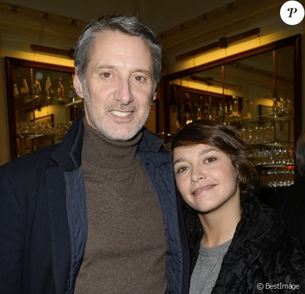"""Antoine de Caunes et sa fille Emma de Caunes - People a la generale du nouveau spectacle de Francois-Xavier Demaison """"Demaison s'évade"""" au Theatre Edouard VII a Paris, le 10 decembre 2013."""