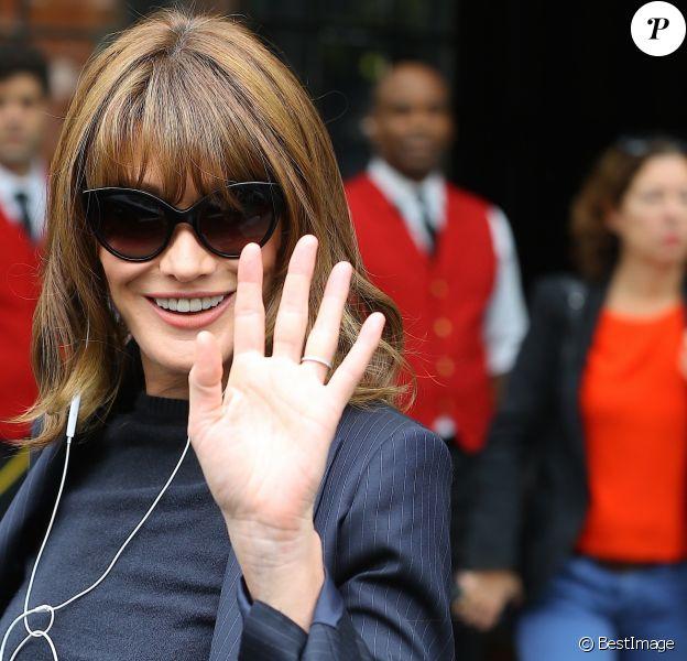 Carla Bruni-Sarkozy sort de l'hôtel Bowery à New York le 11 octobre 2017.