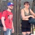 Exclusif - Daniel Radcliffe et sa compagne Erin Darke attendent un taxi à New York le 14 août 2016