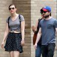 Daniel Radcliffe et sa compagne Erin Darke sont allés acheter des tapis de yoga et d'autres articles dans un magasin de sport Modell Sports à New York, le 2 juillet 2015.