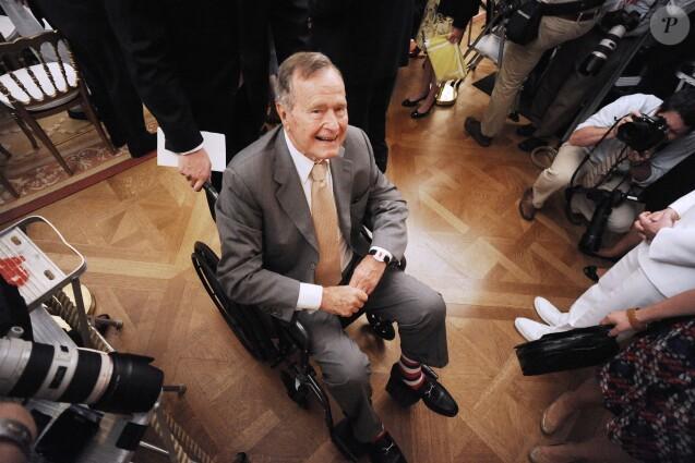 Une actrice accuse Bush père de l'avoir touchée