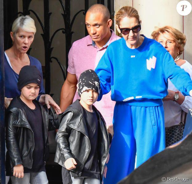 Céline Dion et ses enfants Eddy et Nelson sortent de l'hôtel Royal Monceau pour aller à la boutique Stanlowa à Paris le 27 juin 2017.