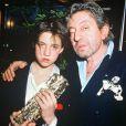 """Charlotte Gainsbourg et son père Serge lors de la cérémonie des César qui la voit triompher pour """"L'Effrontée, le 23 février 1986."""