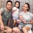 Terri Kwan, actrice taiwanaise, pose en famille, avec ses deux enfants. Instagram, le 28 septembre 2017.