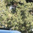 Selena Gomez est allée chercher un thé glacé à emporter à Los Angeles. L'actrice porte un crop top noir, un legging noir et des baskets blanches, le 5 novembre 2017.
