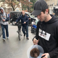 Gabriel-Kane Day-Lewis avec sa chienne Terra dans les rues de Paris - Instagram - octobre 2017.