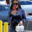 Blac Chyna prend les photographes en vidéo en arrivant dans un salon de beauté à Tarzana. Blac porte un sac Chanel en fourrure blanc, une coque de téléphone Louis Vuitton et des claquettes Goyard! Le 9 novembre 2017