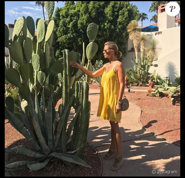 """Sylvie Tellier prend la pose à """"La Quinta Resort & Club"""", l'hôtel où elle séjourne avec les Miss régionales en Californie."""