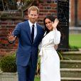 Le prince Harry et Meghan Markle posent pour des photos dans les jardins du palais de Kensington à Londres le 27 novembre 2017 après l'annonce de leurs fiançailles et de leur mariage prévu au printemps 2018.