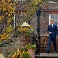 Le prince Harry et Meghan Markle posent pour des photos dans le Sunken Garden au palais de Kensington à Londres le 27 novembre 2017 après l'annonce de leurs fiançailles et de leur mariage prévu au printemps 2018.