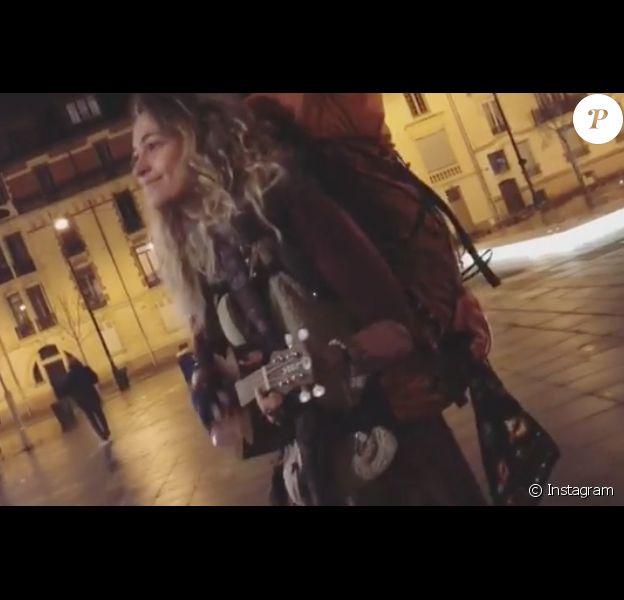 Paris Jackson jouant du ukulélé dans les rues de Rennes sur une vidéo postée sur Instagram le 27 novembre 2017