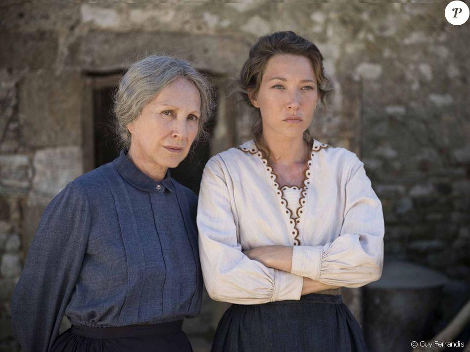 """Nathalie Baye et Laura Smet dans """"Les Gardiennes"""" en salles le 6 décembre 2017."""