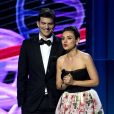 Mila Kunis et Ashton Kutcher sur la scène de la 6ème cérémonie Breakthrough Prize au NASA Ames Research Center à Mountain View, le 3 décembre 2017