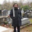 Marek Halter pose devant la tombe de sa femme Clara Halter - Dévoilement de la stèle de la tombe de feu Clara Halter au cimetière Parisien de Bagneux le 3 décembre 2017. Sur la tombe de Clara Halter est écrit le mot paix en plusieurs langues dont l'hébreu et l'arabe. © Erez Lichtfeld/Bestimage