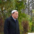 L'Imam de Drancy Hassen Chalghoumi et Marek Halter posent en tant que musulman et juif - Dévoilement de la stèle de la tombe de feu Clara Halter au cimetière Parisien de Bagneux le 3 décembre 2017. Sur la tombe de Clara Halter est écrit le mot paix en plusieurs langues dont l'hébreu et l'arabe. © Erez Lichtfeld/Bestimage