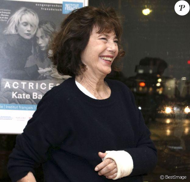 """Jane Birkin, la main dans le plâtre, lors de l'inauguration de l'exposition photo """"Actrices"""" de Kate Barry à l'Institut Français de Berlin le 2 décembre 2017 © Future Images / Zuma Press / Bestimage"""