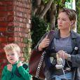 Hilary Duff se rend à son cours de gym avec son fils Luca à Studio City le 21 novembre 2017.