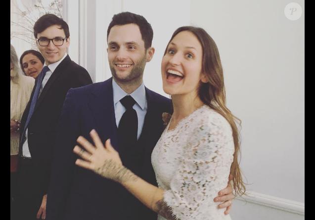Penn Badgley et Domino Kirke, mariés en février 2017 après deux ans et demi d'amour. Ici le jour de leur mariage à New York le 27 février.