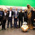 Mark Hamill, le scénariste Rian Johnson, le prince Harry, Le prince William, John Boyega, guest, Chewbacca, Daisy Ridley et guest - Le prince William, duc de Cambridge et le prince Harry visitent les studios Pinewood et rencontrent les protagonistes de la saga Star Wars à Londres le 19 avril 2016.