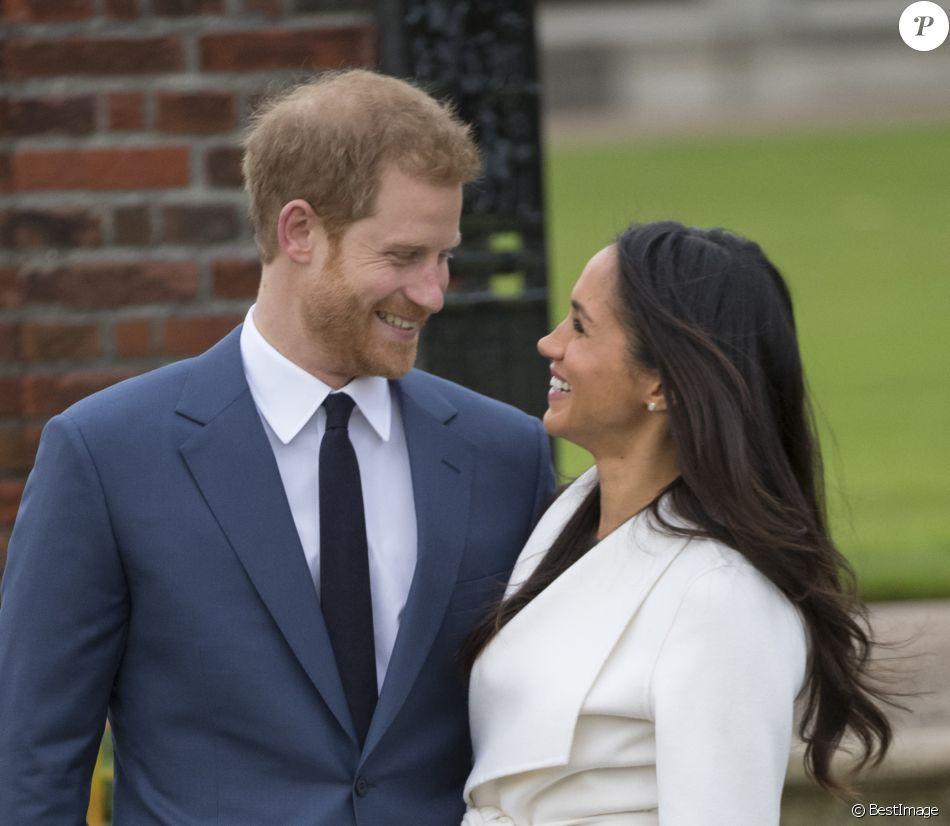 Le prince Harry et Meghan Markle posent à Kensington palace après l'annonce de leur mariage au printemps 2018 à Londres le 27 novembre 2017. Le mariage aura lieu le 19 mai 2018 au château de Windsor.