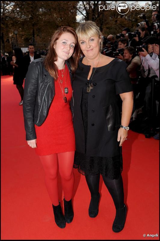 Valérie Damidot et sa fille Roxanne arrivent à l'Université Descartes, à Paris, pour la présentation du clip  Beds are burning . 1/10/09