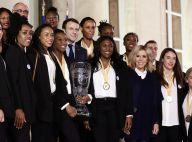 Brigitte et Emmanuel Macron bravent le froid pour accueillir les handballeuses