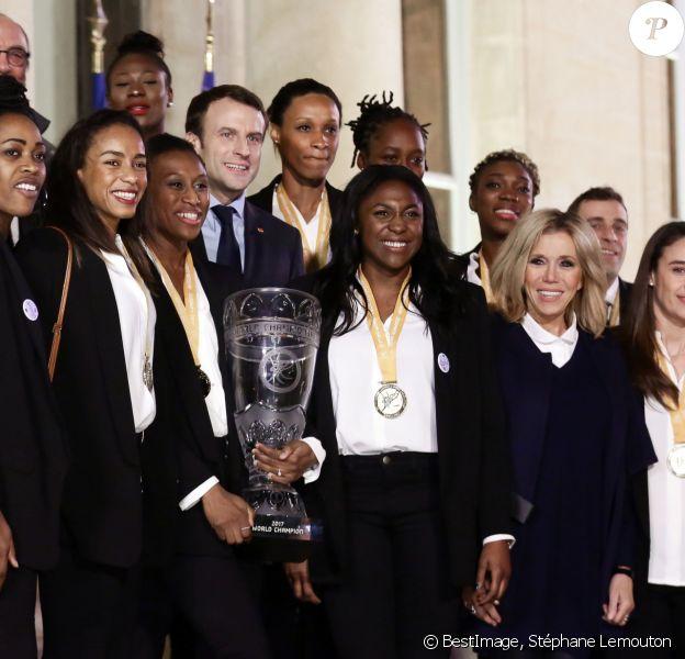 Laura Flessel (Ministre des Sports), le Président de la République Emmanuel Macron et sa femme Brigitte Macron (Trogneux) reçoivent les championnes du monde de handall au Palais de l'Elysée à Paris, le 18 décembre 2017. © Stéphane Lemouton/Bestimage
