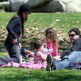 La comédienne Soleil Moon Frye, son mari Jason Goldberg et leurs enfants, au Coldwater Park, à Los Angeles, le 8 mars 2009.