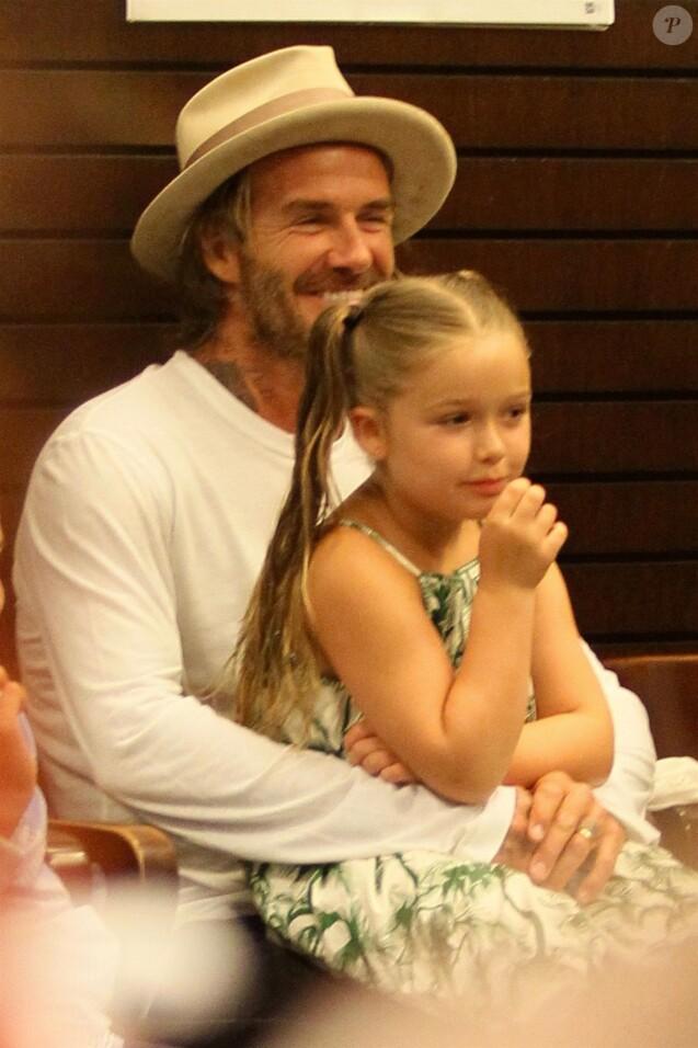 Brooklyn Beckham dédicace son livre de photos en présence de son père David Beckham, son frère Cruz et sa soeur Harper à Los Angeles, le 2 août 2017.