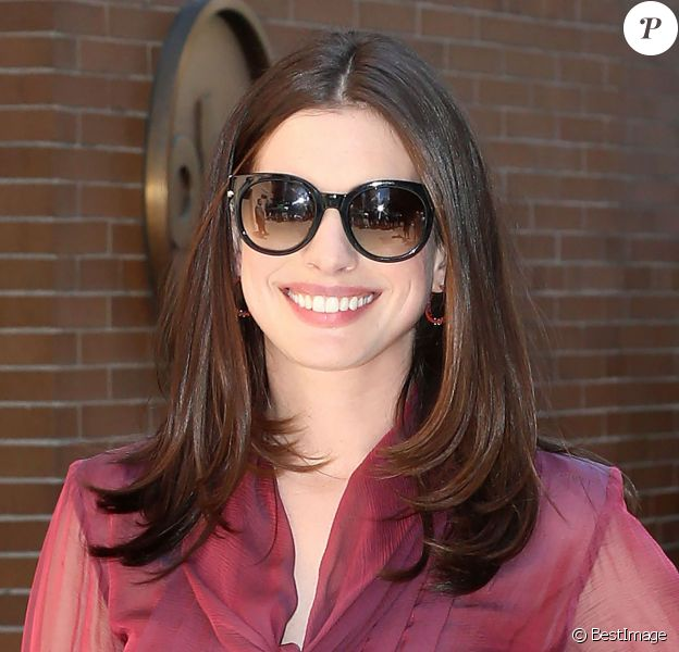 Anne Hathaway participant l'émission ''The View'' à New York, le 18 avril 2017.