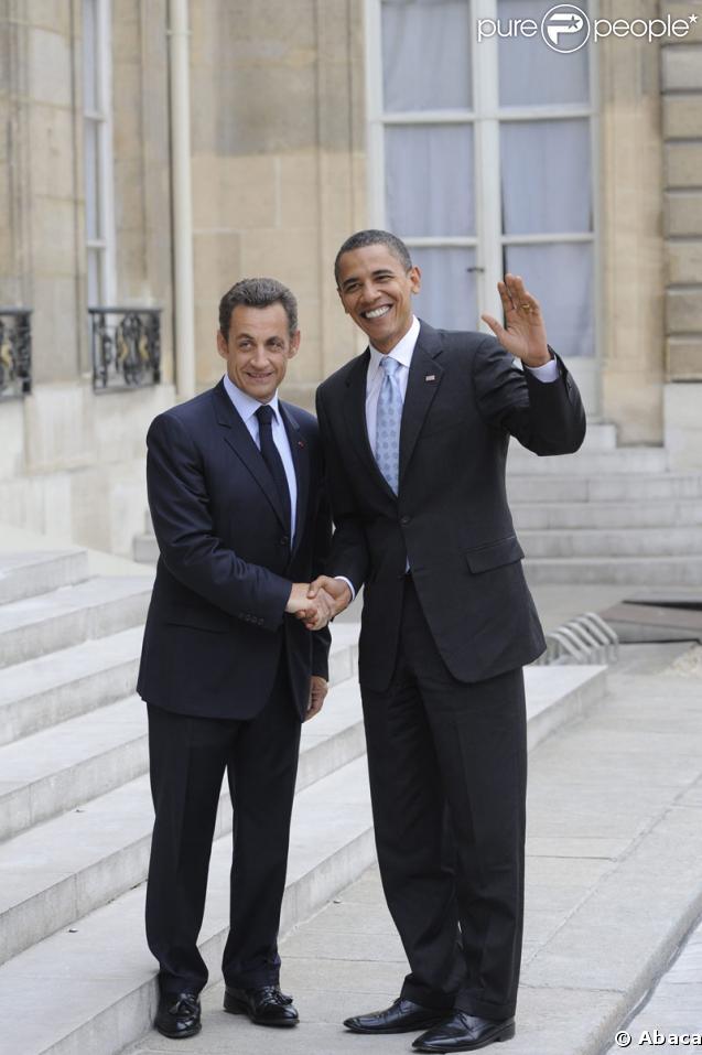 Les présidents Barack Obama et Nicolas Sarkozy devant le palais de l'Elysée le 25 juillet 2008