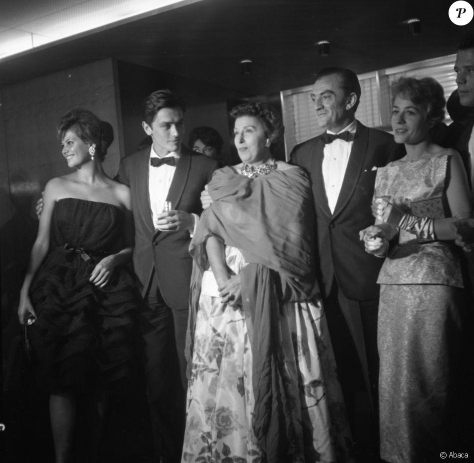 L'équipe du film Rocco et ses frères avec Claudia Cardinale, Alain Delon, Katina Paxinou, Luchino Visconti et Annie Girardot lors du Festival du film de Venise en 1960