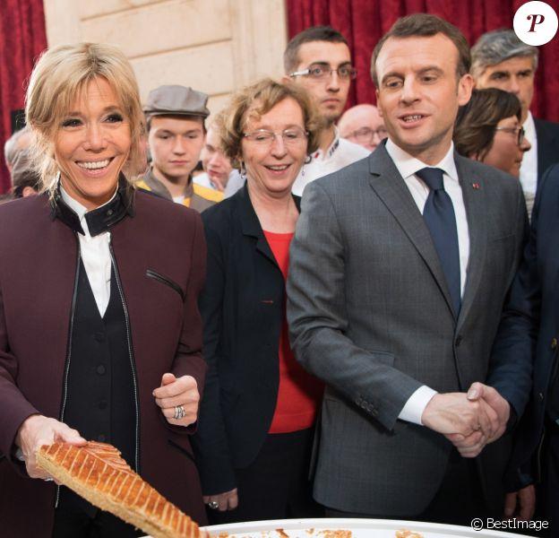 Le président Emmanuel Macron et sa femme Brigitte Macron (Trogneux) fêtent l'Épiphanie avec la traditionnelle Galette des rois à L'Elysée le 12 janvier 2018. © Pierre Villard / Pool / Bestimage