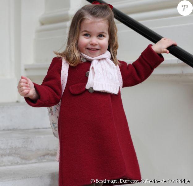 Photographie officielle de la princesse Charlotte de Cambridge, prise par sa mère, la duchesse de Cambridge, au palais de Kensington, juste avant sa rentrée à la crèche Willcocks le 8 janvier 2018.
