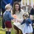 Le prince George et la princesse Charlotte de Cambridge le 29 septembre 2016 lors d'une fête pour enfants à la Maison du Gouvernement à Victoria au Canada, lors de la tournée officielle du duc et de la duchesse de Cambridge.