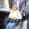Exclusif - Mathilde Seigner, toujours en fauteuil roulant à la suite d'une fracture de la malléole, quitte la radio RTL à Paris le 5 avril 2017.