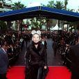 """ARCHIVES - MARCHES DU PALAIS 49EME FESTIVAL FILM CANNES 1996 """"VICTORIA ABRIL"""" SOURIANTE CHAPEAU BOTTES EN CUIRE ROBE LONGUE """"PLEIN PIED"""" 15/05/1996"""