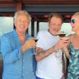 Johnny Hallyday partage un cocktail avec Laeticia et le photographe Gilles Bensimon à Saint-Barthélemy, le 17 août 2017.