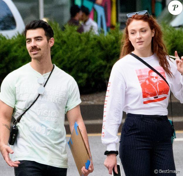 Exclusif - Joe Jonas et sa compagne Sophie Turner se baladent dans la rue à New York le 14 septembre 2017.