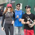 Sophie Turner et son compagnon Joe Jonas promènent leur petit chiot (Pomsky) dans les rues de New York, le 8 septembre 2017.