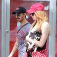Joe Jonas et sa compagne Sophie Turner se promènent en amoureux avec leur adorable petit chiot (un Pomsky) dans les rues de New York, le 7 septembre 2017