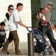 Mark Billingham (à gauche) avec Angelina Jolie, Brad Pitt et leurs enfants à Chicago en août 2007