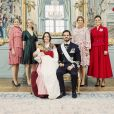 Photo officielle du baptême du prince Gabriel de Suède, le 1er décembre 2017 à Stockholm, avec ses parents la princesse Sofia et le prince Carl Philip, entourés de leurs soeurs respectives, Lina et Sara Hellqvist, et les princesses Madeleine et Victoria. © Erika Gerdemark/Cour royale de Suède
