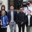 Angelina Jolie et ses enfants Maddox, Pax, Zahara, Shiloh, Knox et Vivienne quittent le musée du Louvre à Paris le 30 janvier 2018.