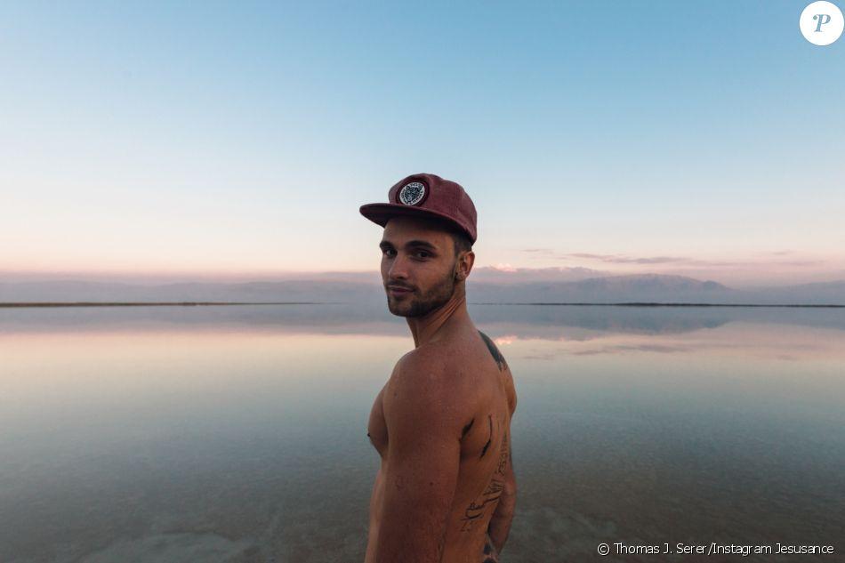 "Bastien Grimal, ex-candidat de ""Secret Story 10"", torse nu devant la mer Morte. © Thomas J. Serer/Instagram Jesusance"