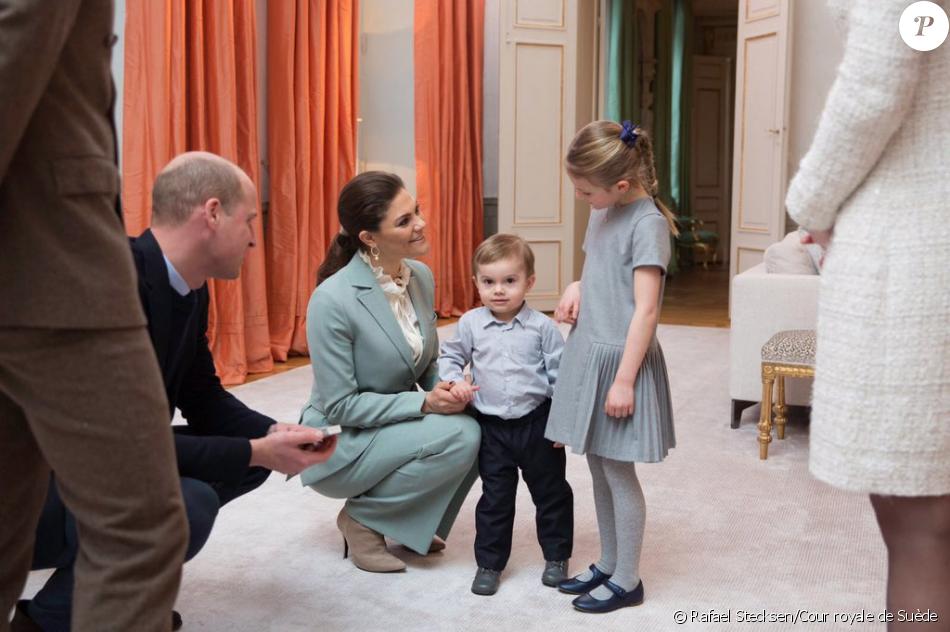 La duchesse Catherine de Cambridge et le prince William, qui fait ici la connaissance du jeune prince Oscar entouré de sa maman la princesse Victoria et de sa grande soeur la princesse Estelle, ont été accueillis pour le thé par la princesse Victoria et le prince Daniel de Suède chez eux au palais Haga, à Stockholm, le 31 janvier 2018 lors de leur visite officielle. © Rafael Stecksen/Cour royale de Suède