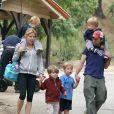 Julie Bowen, son mari Scott Phillips et leurs trois fils, à Los Angeles, en 2011